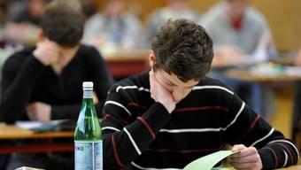 In einer Prüfung pro Kanti-Laufbahn werden Schülerinnen und Schüler künftig darauf getestet, ob sie die Kompetenzen für die allgemeine Studierfähigkeit beherrschen.