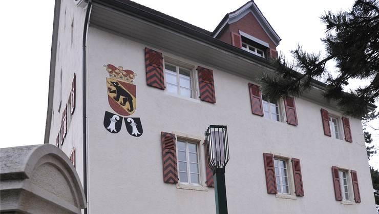 Repräsentativ: Das Amtshaus am Rande des Stedtli Laufen. Archiv