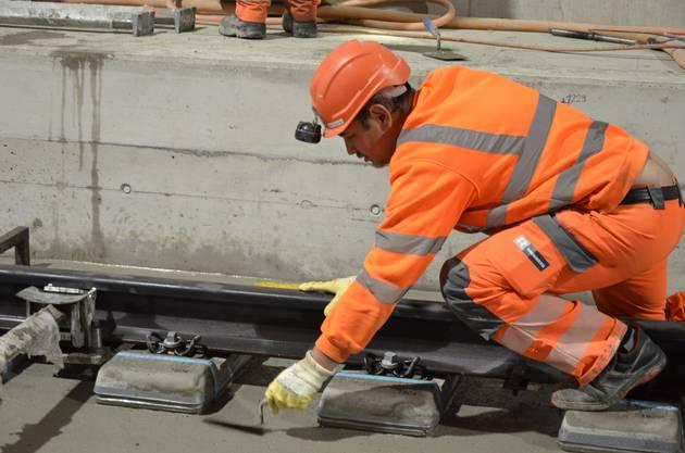 Derzeit arbeitet die SBB die feste Fahrbahn im Tunnel ein.