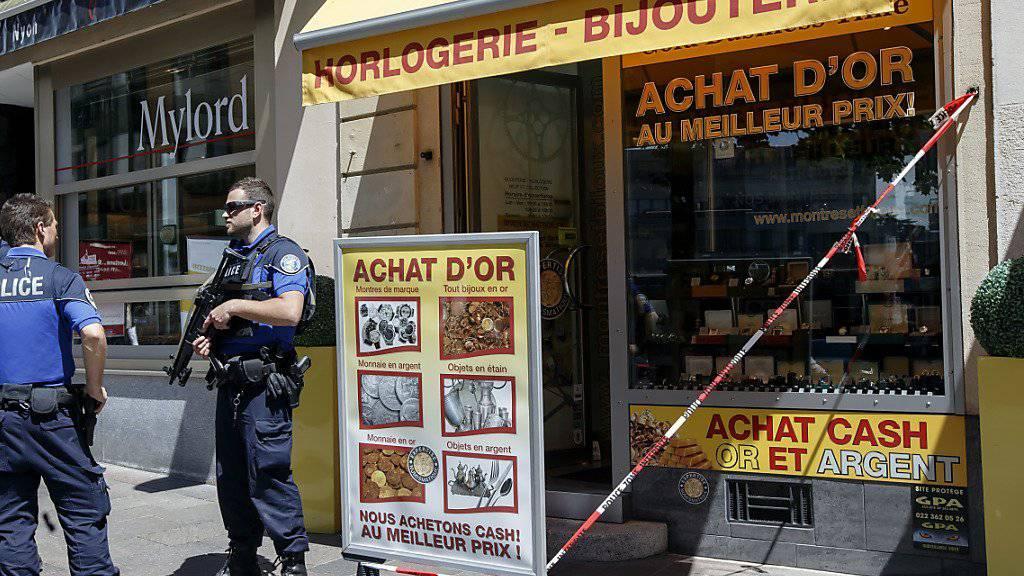 Mehrere Polizisten bewachen die Bijouterie, in der es zu einem Überfall mit Geiselnahme kam.