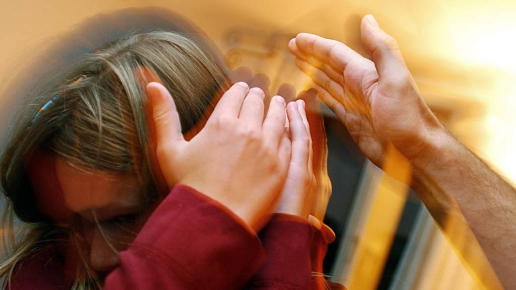 Lässt sich der Schutz von Kindern gegen Gewalt in der Erziehung gesetzlich regeln? Der Nationalrat hat beim Bund einen Bericht bestellt. (Symbolbild)