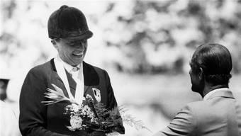 Erfolgreiche Vergangenheit: Die Aargauerin Heidi Robbiani springt am 12. August 1984 an den Olympischen Spielen in Los Angeles mit ihrem Pferd Jessica zur Bronzemedaille und erhält vom englischen Prinzen Philipp Blumen überreicht.