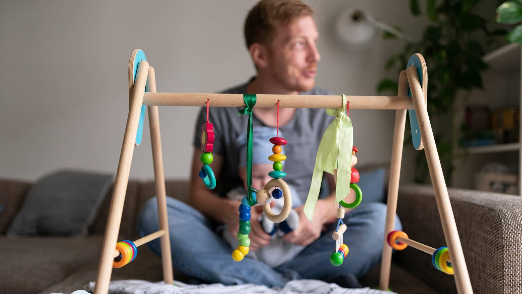 Der zweiwöchige Vaterschaftsurlaub wird bereits nächstes Jahr eingeführt.