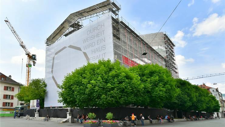 Im August sollen die Aussenarbeiten abgeschlossen sein und das Gerüst wegkommen. Die Bar Stadtgspröch, welche 2016 auf dem Podest der Stadtkirche unter den Bäumen betrieben wurde, wird erst nächstes Jahr wieder ein Thema.