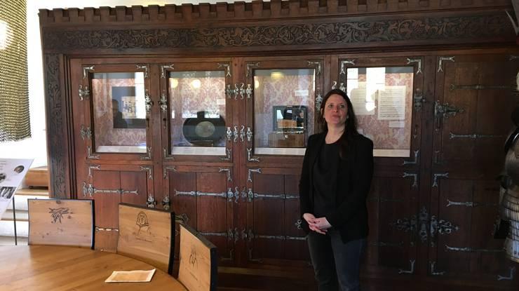 Martina Huggel, leitende Kuratorin Museum Aargau, bei der Präsentation der Kabinettaustellung «Lenzburg Royal - Lady Mildred, die Grosstante der Queen»