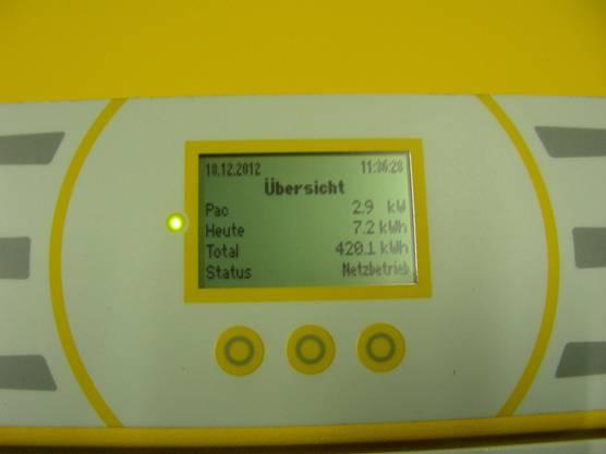 Auf dem Display wird angezeigt, wieviel Strom die Anlage schon produziert hat