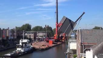Baukräne fallen in der Holländischen Stadt Alphen aan den Rijn um