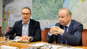 «Die Fischzucht ist kein Hindernis für die Transformation des Hafens»: Hafen-Direktor Hans-Peter Hadorn (r.) und der kantonale Standortförderer ThomasKübler zur angekündigten Egli-Mastanlage der Migros-Tochter Micarna.
