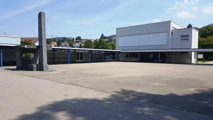 Schul- und Kindergartenklassen in Dornach warten auf Seniorinnen und Senioren im Klassenzimmer