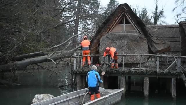 Aufräumen nach Burglind: Spezialisten befreien das Pfahlbauer-Häuschen von umgestürzten Bäumen.