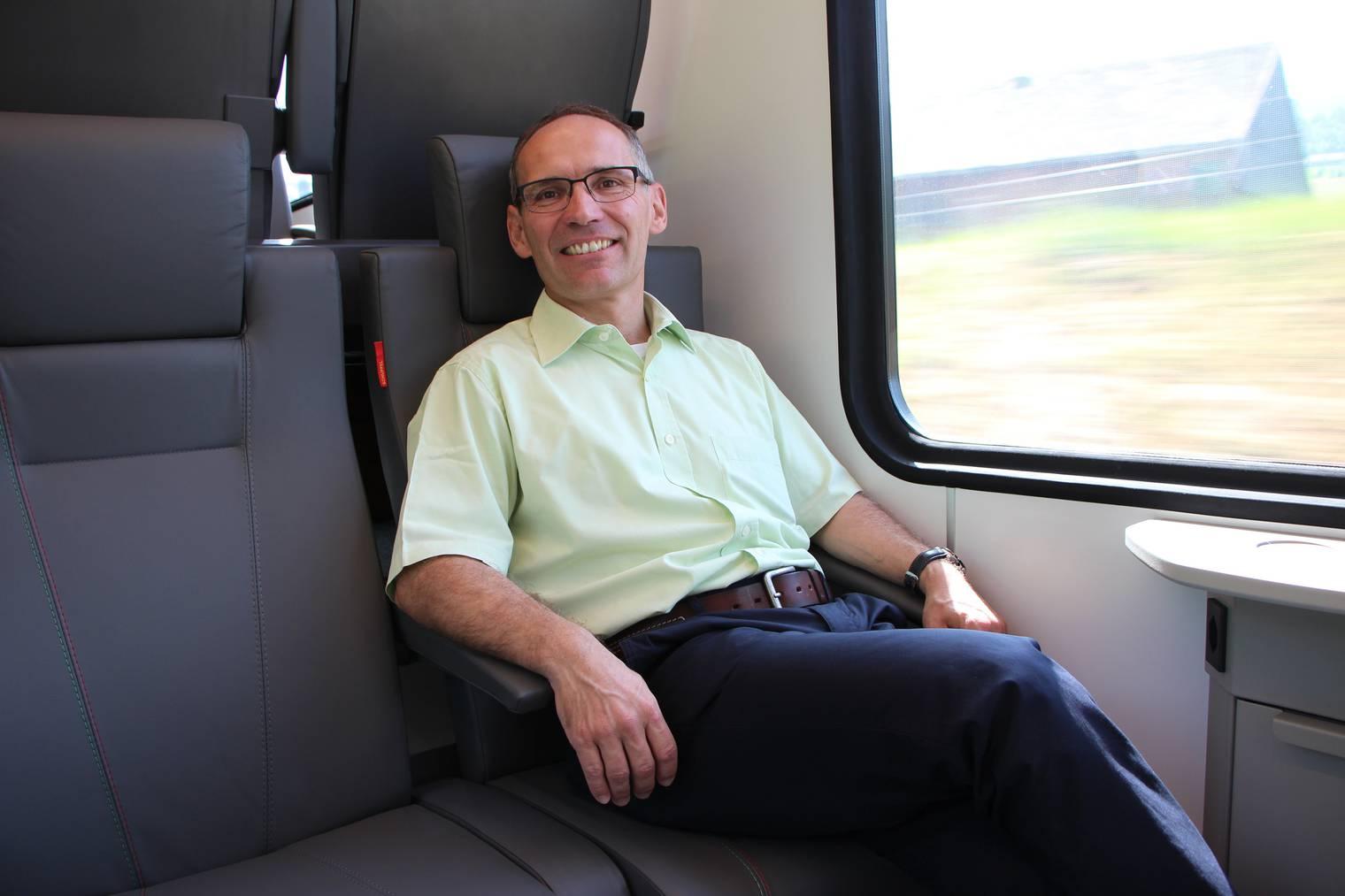 Thomas Baumgartner geniesst die Fahrt in der ersten Klasse. (Bild: FM1Today/Laurien Gschwend)