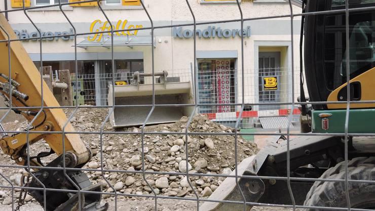 Die Baustelle vor dem Schloss in Klingnau macht nicht nur der Bäckerei Konditorei Gfeller das Leben schwer