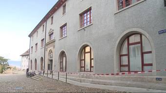 In Brugg ist es zu einem gefährlichen Zwischenfall gekommen. Ein Mann randalierte auf dem Polizeiposten und ging mit dem Messer auf einen Beamten los.