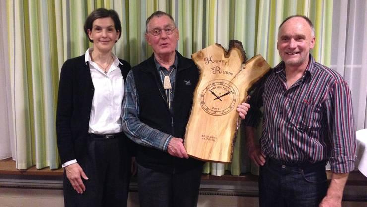 Von links: Barbara Schliesser (Geschäftsführerin Baukader Schweiz), Kurt Rubin (neues Ehrenmitglied) und Viktor Erdin (Präsident Baukader Fricktal).