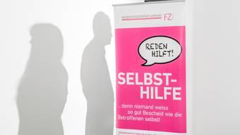 """Die """"Absolute Beginners"""" sind Erwachsene ohne - oder mit wenig - Beziehungserfahrung. Im Bild: Die beiden Personen hinter dem Plakat sind die ersten Mitglieder der Gruppe."""
