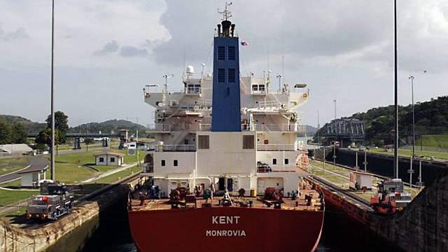 Frachter in einer Schleuse des Panama-Kanals
