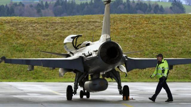 Ein Kampfflugzeug des Typ Gripen auf dem Flugplatz Emmen (Archiv)