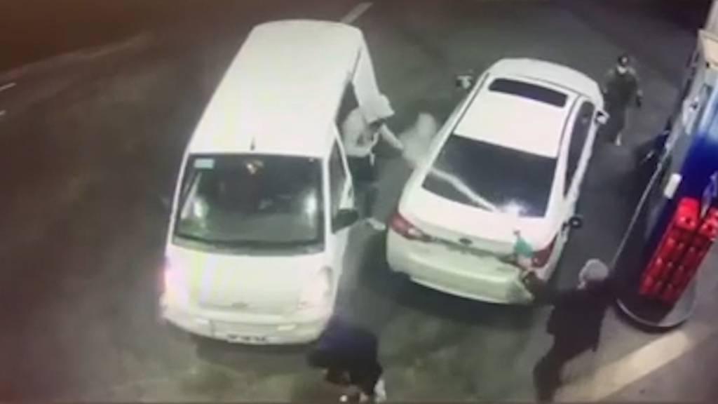 Überfall an Tankstelle: Mann schlägt Angreifer mit Benzindusche in die Flucht