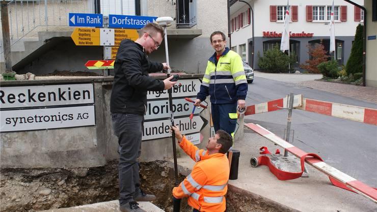 Remo Hunziker mit Geometer und Bauführer auf der Baustelle.
