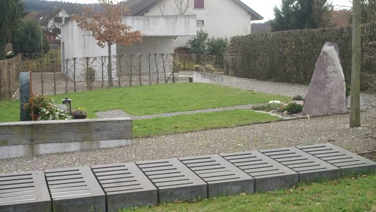 Das unbenutzte Gemeinschaftsgrab, im Hintergrund das Friedhofsgebäude. pel