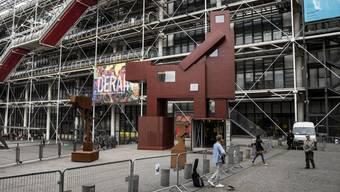 """""""Domestikator"""" heisst die Plastik des niederländischen Ateliers Van Lieshout, die derzeit vor dem Centre Pompidou in Paris steht: Sie sorgt zum Start der Kunstmesse für Aufsehen."""