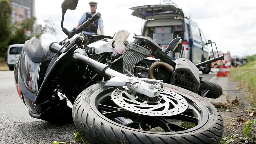 Motorradfahrer stürzt in Schaffhausen in Kurve und verletzt sich