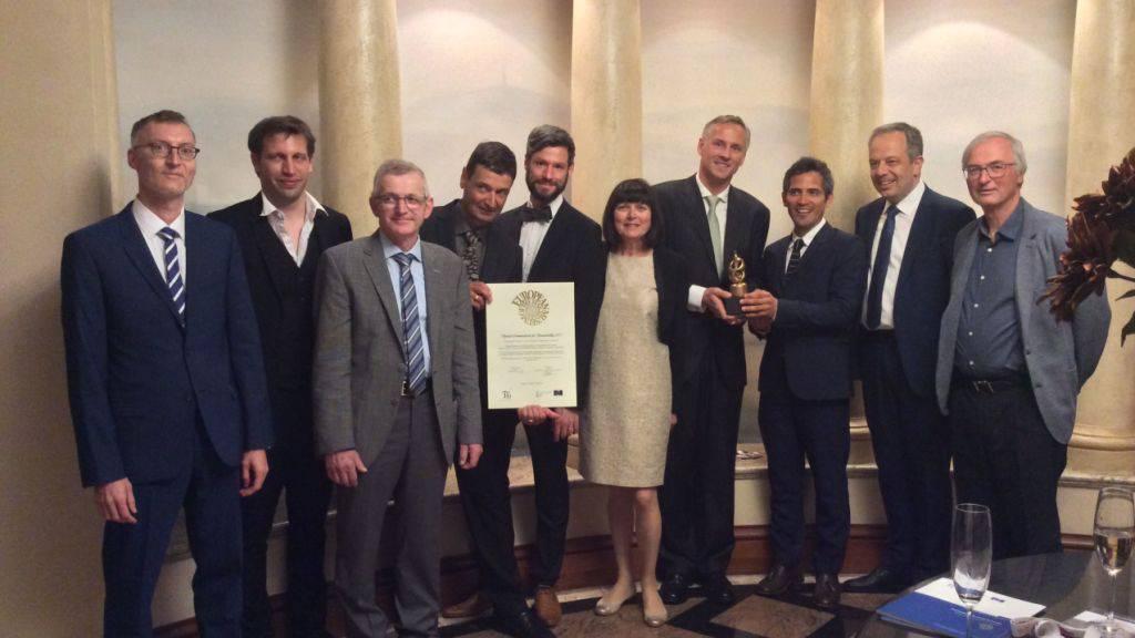 Die Vertreter der Gewinnermuseen und die Schweizer Delegation freuen sich über die Auszeichnungen: Felix Tobler von der Vogelwarte Sempach (4. v. l.) und Boris Wastiau vom MEG (4. v. r.).
