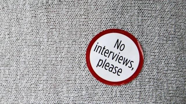 Angehörige der Opfer können sich einen dieser Sticker ankleben, um beim Gericht nicht von der Presse belästigt zu werden