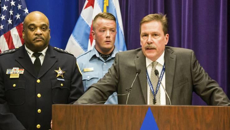 Chicagos Polizeichef Kevin Duffin (r.) am Donnerstag (Ortszeit) vor den Medien.