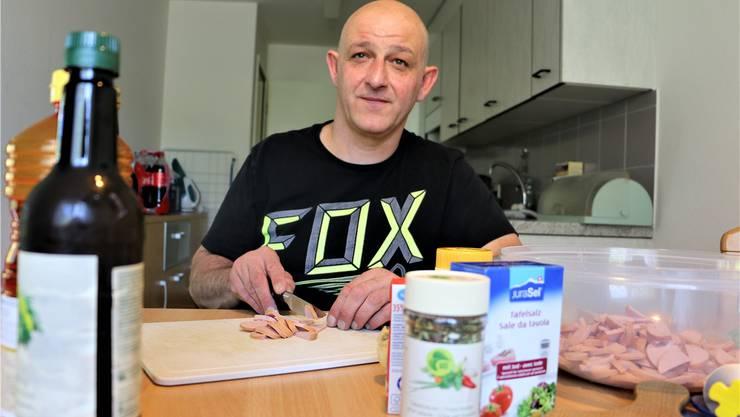 Ein letzter Testlauf: Daniel Felice bereitet einen Wurst-Käse-Salat zu, wie er ihn morgen der Jury vorsetzen will. Dennis Kalt