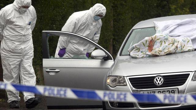 In Nordirland kommt es immer wieder zu gewaltsamen Vorfällen. Hier untersuchen Spezialisten ein Auto nach einem Vorkommnis Anfang April 2012 (Archiv)