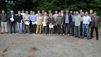 Die neuen Jägerinnen und Jäger des Kantons Solothurn freuen sich über ihre Diplome zum erfolgreich abgeschlossenen Jagdlehrgang.