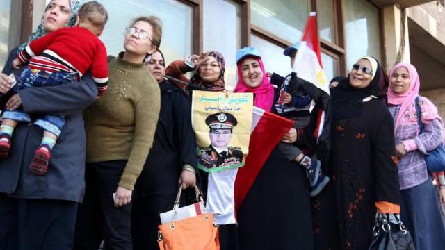 Wählerinnen mit einem Poster von Militärchef al-Sissi in Kairo