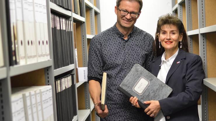 Geschäftsführerin Regula Kiechle freut sich, dass die Dokumente des SRK Kanton Aargau unter Bestandesleiter Schwane im Staatsarchiv sicher aufbewahrt werden.