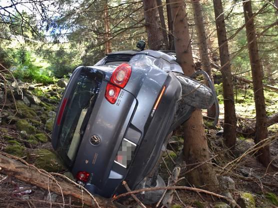 Ein Vater und seine beiden Kindern sind auf einer Alpstrasse in Davos Glaris mit dem Auto verunfallt. Der Wagen geriet von der Strasse und überschlug sich. Alle drei Insassen verletzten sich.