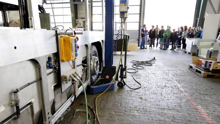 Schulklassen besuchen im Rahmen Berufsmesse IB Live den Busbauer Hess in Bellach