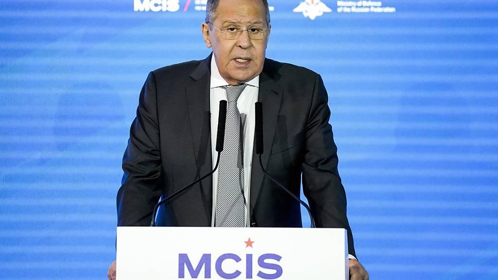 Der russische Außenminister Sergej Lawrow spricht auf der 9. Moskauer Konferenz für internationale Sicherheit (MCIS). Foto: Alexander Zemlianichenko/Pool AP/dpa