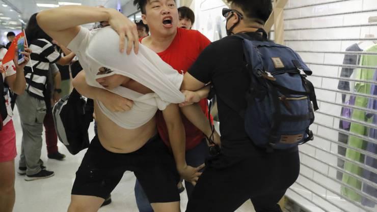Rangeleien zwischen einem Peking-freundlichen Demonstranten (im roten T-Shirt) und China-kritischen Demonstranten im Einkaufszentrum Amoy Mall.