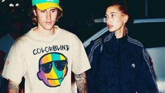 Hoffnungsloser Romantiker: Popstar Justin Bieber (links) hat in London spontan seine Gitarre hervorgeholt und seiner Liebsten, Model Hailey Baldwin, ein Ständchen gespielt.