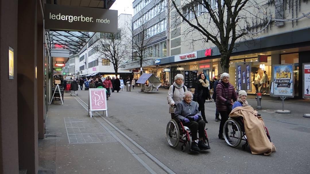 Im Rollstuhl durch das weihnächtliche Baden: Der alljährliche Adventsausflug der Senioren des Regionalen Pflegezentrums.