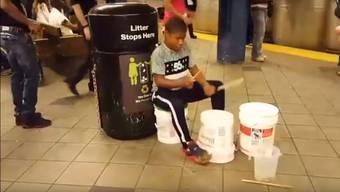 Dieser Bub zeigt in einer New Yorker U-Bahnstation, wie man mit nur zwei Farbkesseln grossartige Musik machen kann.