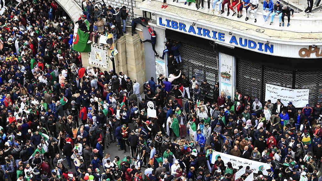 Bei Zusammenstössen am Rande von Massenprotesten in Algerien sind am Freitag zahlreiche Zivilisten und Polizisten verletzt worden. (Archivbild)