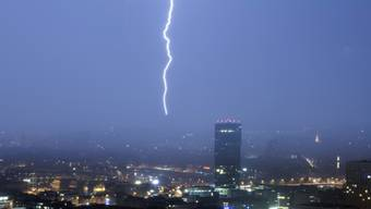 Gegen  17'000 Blitze wurden am späteren Donnerstagnachmittag registriert, als eine Gewitterlinie die Schweiz überquerte. (Archivbild)