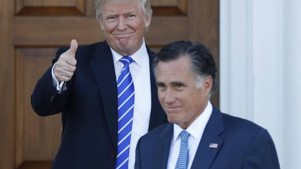Daumen hoch: der designierte US-Präsident Donald Trump (l.) nach seinem Treffen mit Mitt Romney (r.), dem gemässigten Ex-Gouverneur von Massachusetts, im Trump National Golf Club Bedminster in Bedminster, New Jersey.