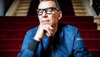 Um die Jahrtausendwende sorgte er mit seinen erfundenen Interviews für einen Medienskandal, diese Woche nimmt er am renommierten Ingeborg-Bachmann-Preis in Klagenfurt teil: der Berner Autor Tom Kummer. (SRF)
