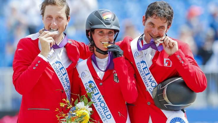 Simone Blum ist amtierende Weltmeisterin im Springreiten. 2018 gewann sie vor zwei Männern – vor den Schweizern Martin Fuchs (l.) und Steve Guerdat.