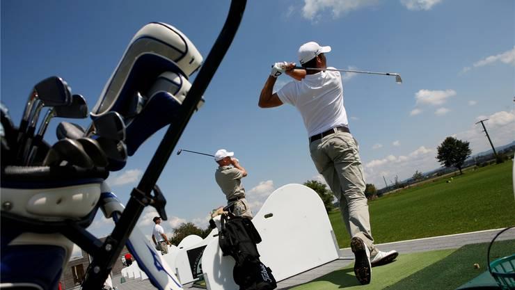 Mitglieder des Golfclubs Limpachtal auf der Driving Range