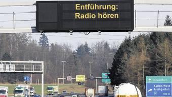 An Wechseltextanlagen auf der Autobahn, wie hier auf der A1 bei Baden (Fotomontage), wird im Ernstfall die Meldung «Entführung: Radio hören» verbreitet.