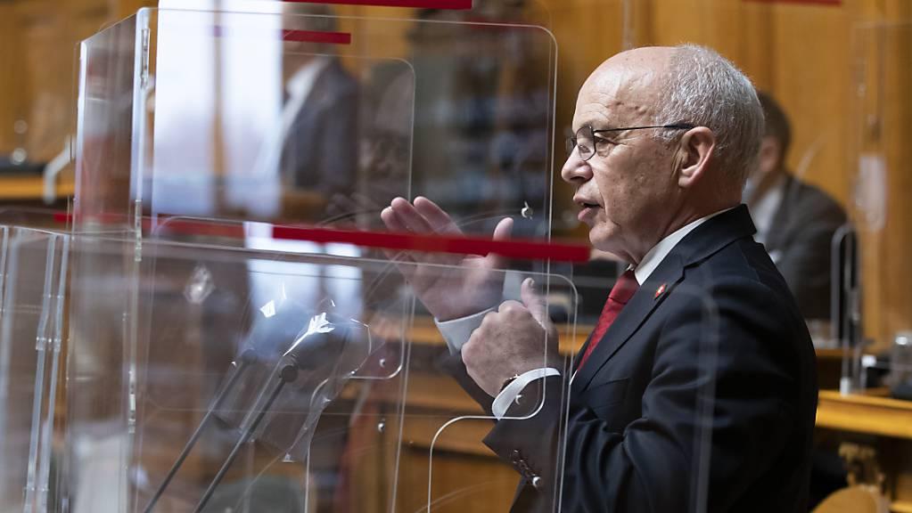 Finanzminister Ueli Maurer hat im Nationalrat vorgerechnet, was die ausgebaute Revision des Covid-19-Gesetzes die Steuerzahlenden kosten dürfte. Er sei «etwas frustriert», sagte er.