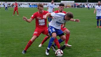 Dino Duvnjak (links) und João Miguel Ferreira Leite nehmen Dario Stadler in die Mangel.